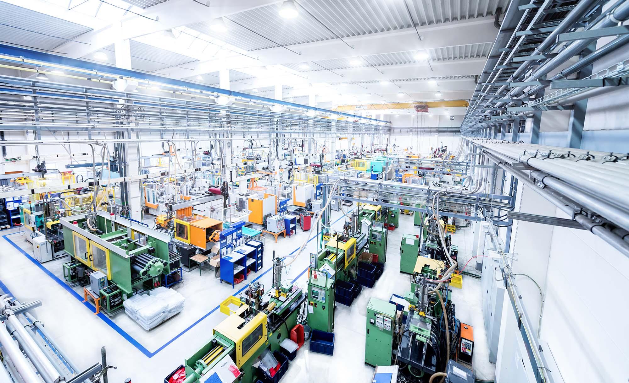 Kunststoff-einspritzung Kunststoff-Spritzgießwerkzeug Die Spritzgießpresse kontrolliert die Geschwindigkeit und den Einspritzdruck des Materials in der Form. Im Gegensatz zum Formen von Metallteilen dauert es weniger als eine Minute, um ein Teil mit eingespritztem Kunststoff zu konstruieren.