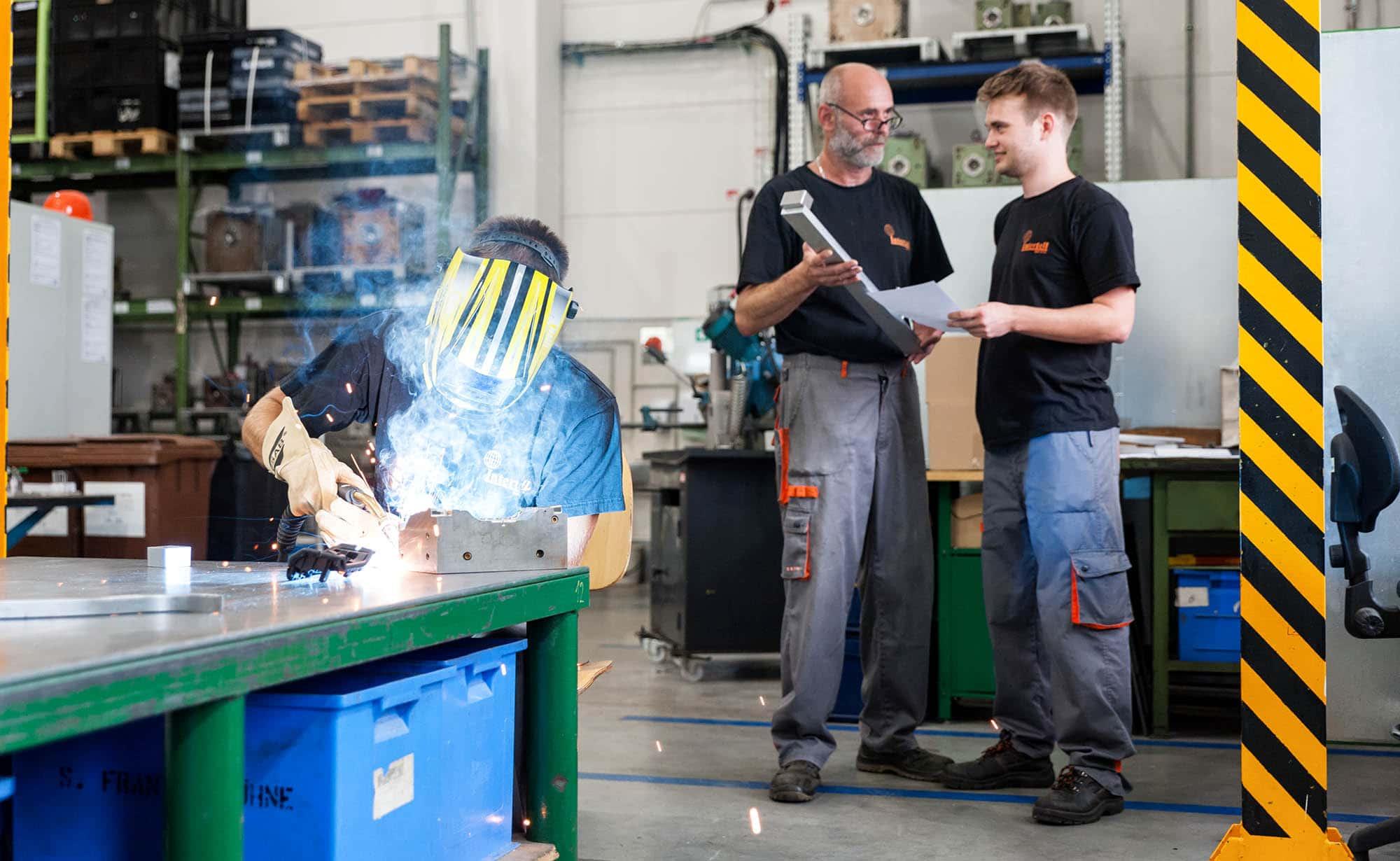 Ce procédé industriel nécessite en effet la réalisation de moules en métal, à la fois précis et durables, il est souvent utilisé dans le cadre de fabrications en grandes séries